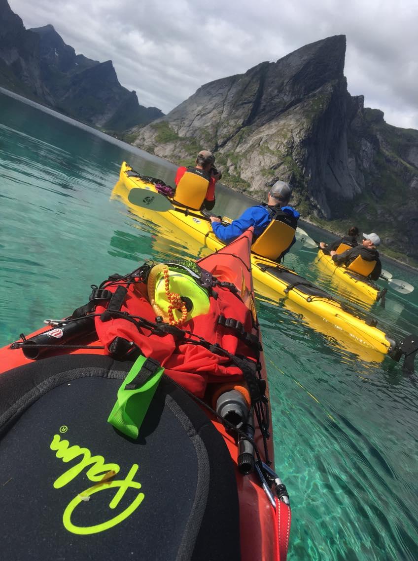 Kajakkpadling i Reinefjorden, aktivitet med Reine Paddling, i Lofoten